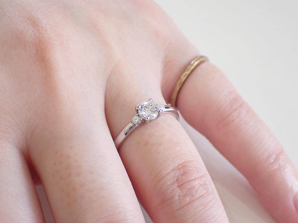 薬指の指輪 ダイヤモンドリング 婚約指輪 結婚指輪 エンゲージリング マリッジリング ブライダルリング オーダーメイドリング オーダーメイドジュエリー 山形県山形市 宝石店 ジュエリーショップ アトリエジェムカフェ