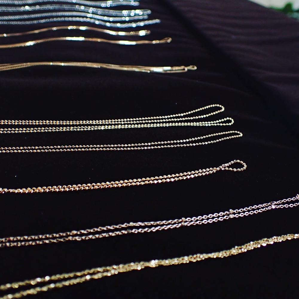 金やプラチナ製のネックレスチェーン