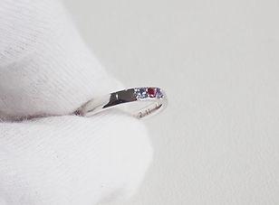 3種類の宝石を埋め込んだオリジナルデザインの結婚指輪。