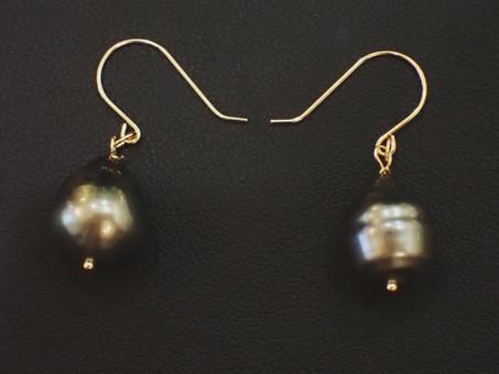 【新商品ご紹介】クロチョウ真珠のピアスです。