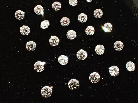 【ダイヤモンドのこだわり】小さなダイヤモンドもカット品質にこだわります。