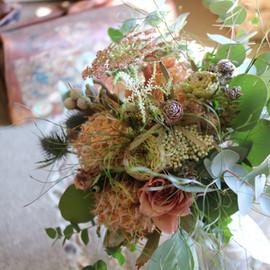 ドライフラワーと生花のモーブなブーケ