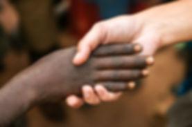 main d'un bénévole aidant un jeune