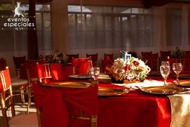 centros demesas florales manteleria roja vestidos de sillas copas rojo y dorado