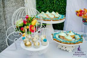decoracion pastelillos pasteleria dorado y celeste flores tortas de cumpleaños