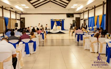 saloines de boda decoracion rutica mesas y sillas con vestidos azul dorado y blanco
