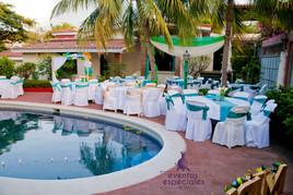 campestre mesas sillas local con piscinas decoracion verde lazos de colores