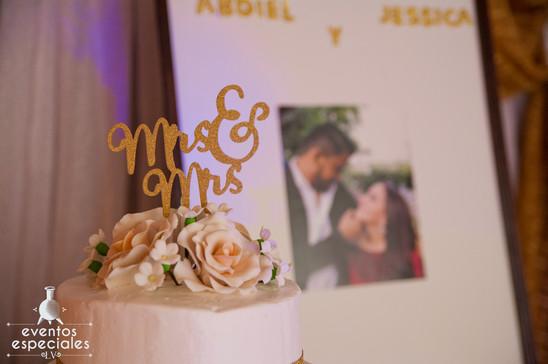 motivo florarl fotografia de novios pastel de bodas