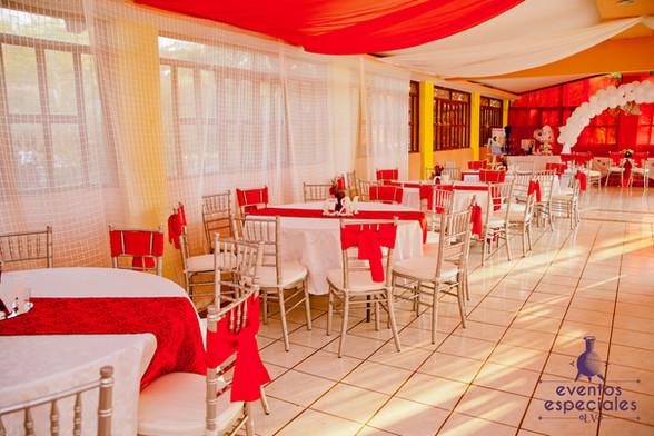 salon blanco y rojo manteles rojos sillas tiffany plateado