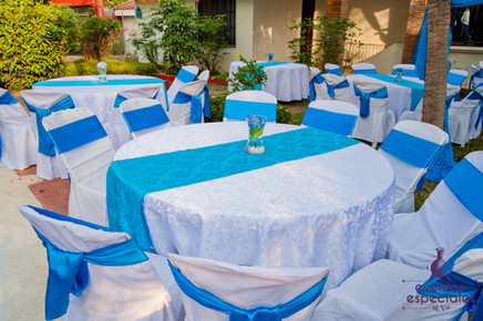 mesas sillas vestidos decoracion celeste blanco