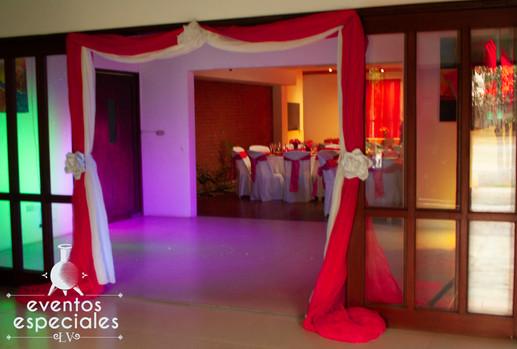 decoracion en puertas para novios entrada para novios color rojo con blanco listones con rosa