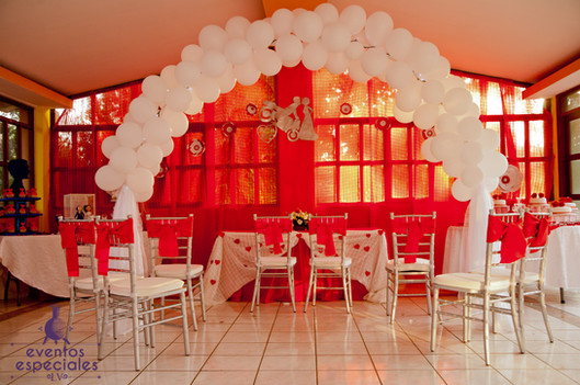 decoraqcion con globos rojo y blanco sillas tiffany bodas salones