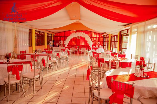 salon bodas rojo y blanco mesas y sillas tigçffany plateado