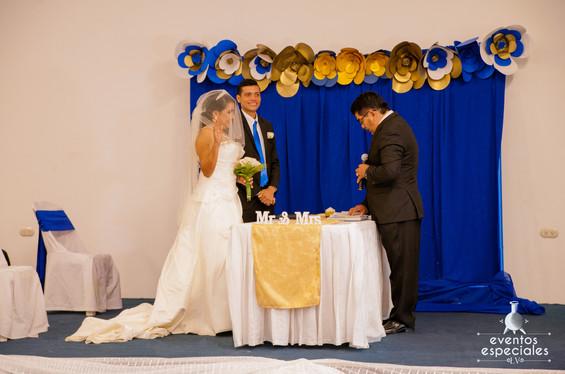 pareja de novios matrimonio anillos decoracion dorada