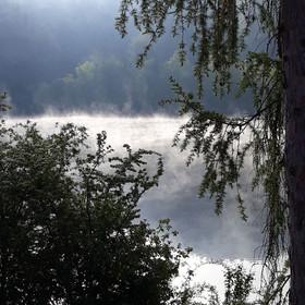 Ranní mlha nad řekou