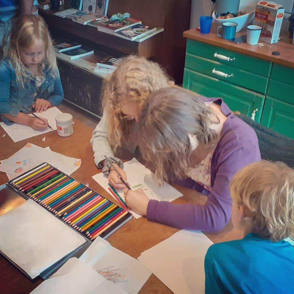 Samen tekenen tijdens een Oererfdag.
