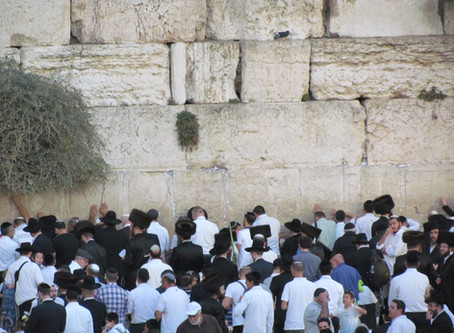 Who should decide how people pray at the Wailing Wall?