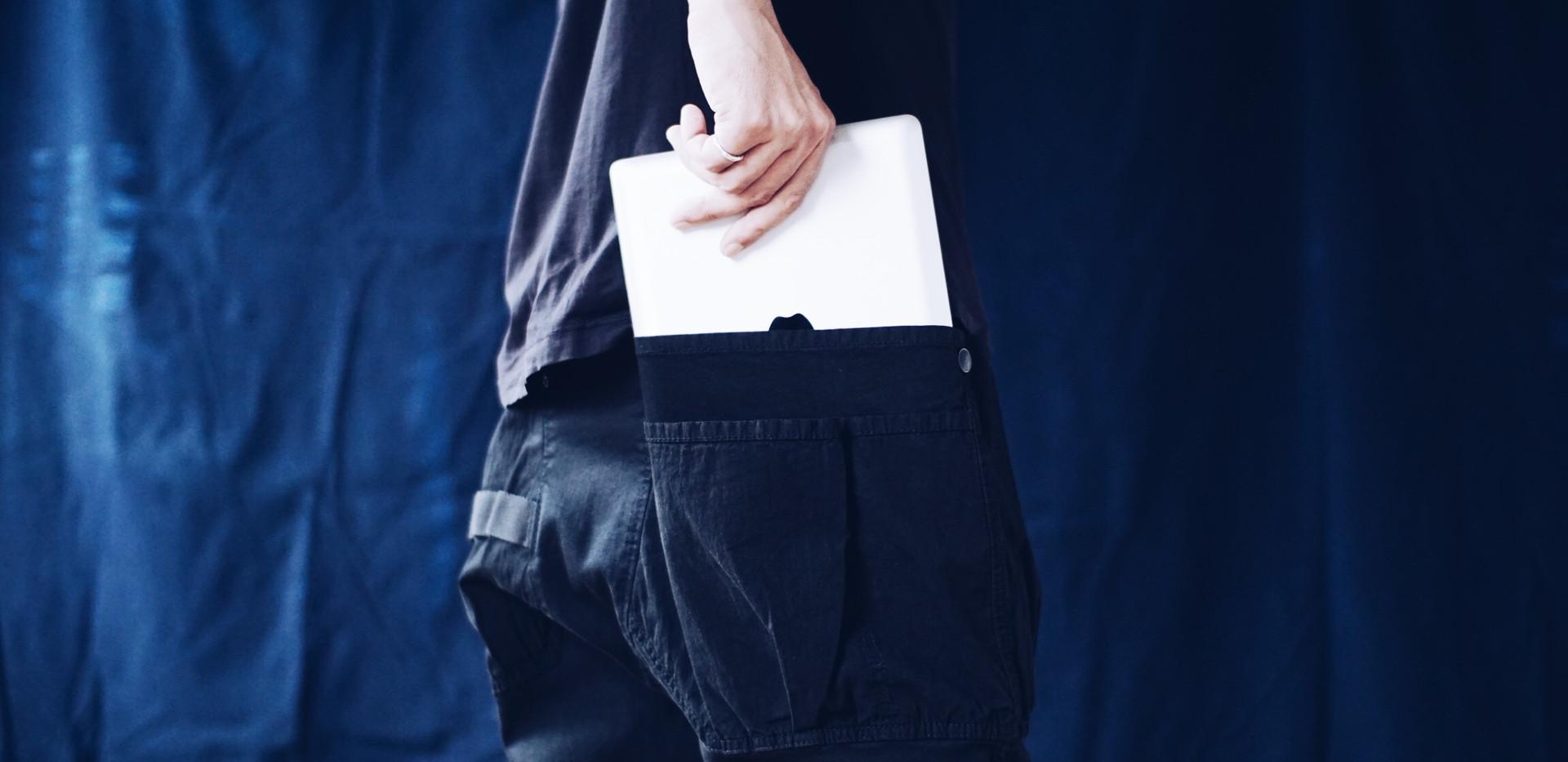 ipadなどのデバイスも入れられる大きなポケットは コットンナイロンの岡山県産テントクロスを使用しています。