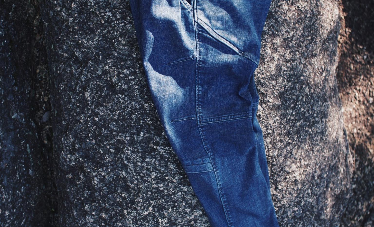 横から見ると「く」の字に湾曲しているのは、膝の屈伸の状態に合わせた形にパターンメーキングしている為です。