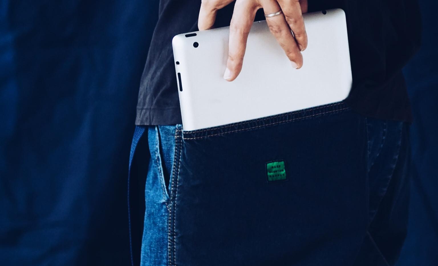 外側のビッグポケットにはIPADなどのデバイスもラクラク入るので、現場でも使用可能。