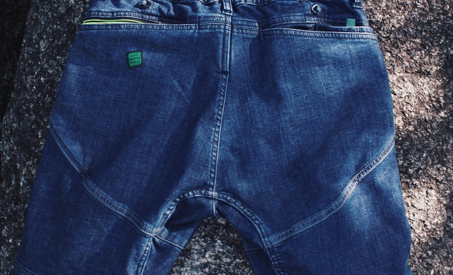 後ろウエストのゴムシャーリングは無くなります。  ヒップポケットは共地のビッグポケットが付いており 収納力が抜群です。