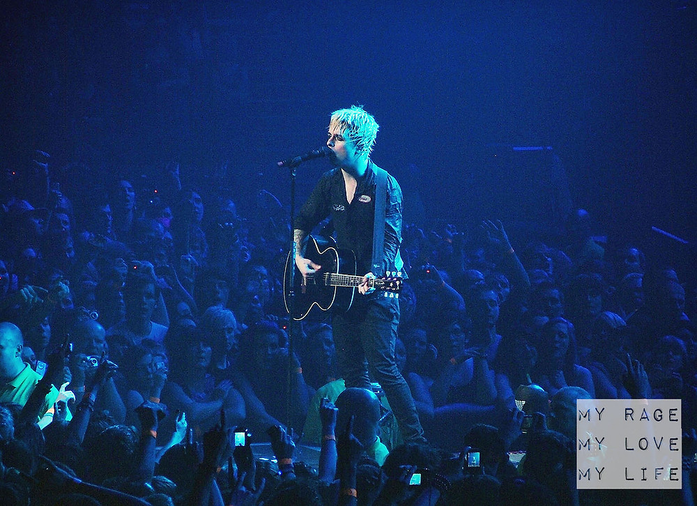 Green Day acoustic encore in Manchester on October 30th, 2009
