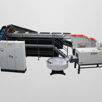 Linkage of a linear continuous flow installation with feed belt, processing system, cross conveyor, belt dryer and storage swing table