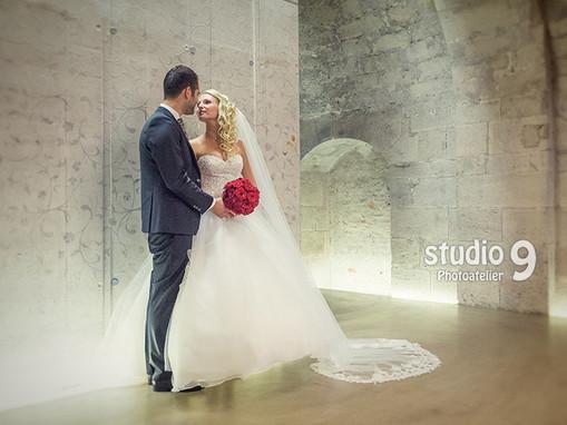 Hochzeit Kuss Bibliothek Keller 1.jpg