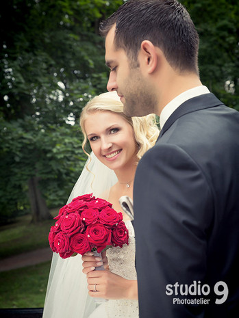 Hochzeit Kuss Donauschingen Park 1.jpg