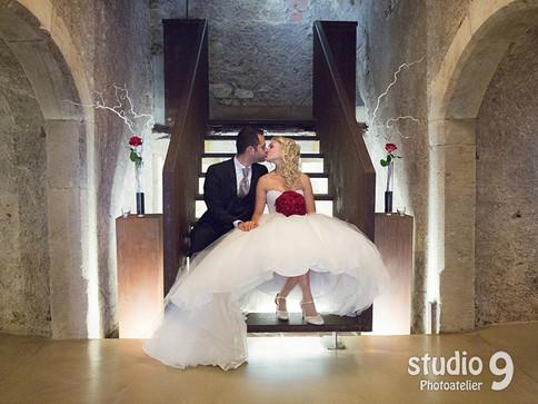 Hochzeit Kuss Bibliothek Keller 2.jpg