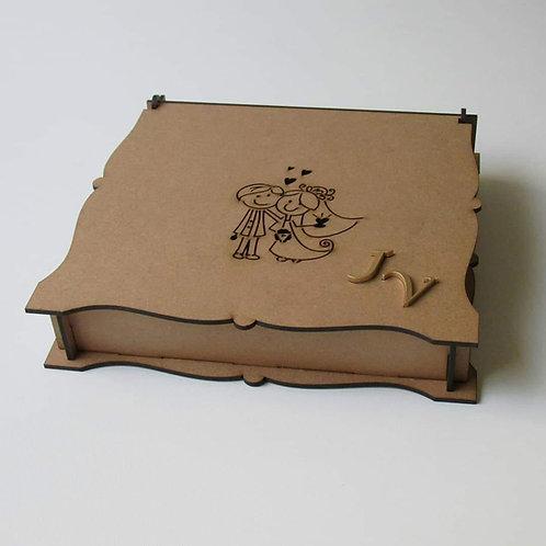Caixa rústica, tampa basculante + noivinhos + iniciais do casal