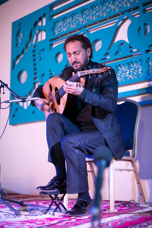 عزف للموسيقار نصير شمّه خلال إفتتاح بيت العود في الخرطوم