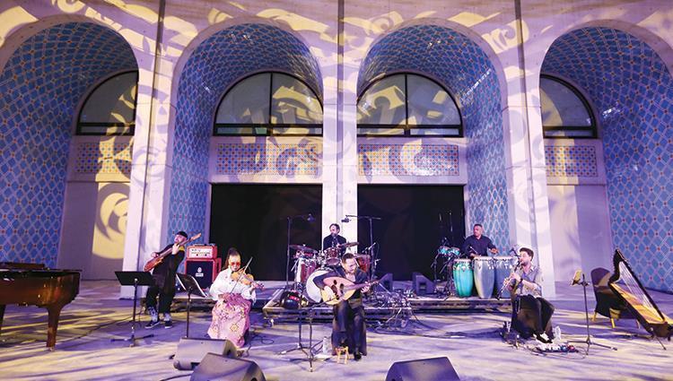 نصير شمّه يعزف لجمهور المجمع الثقافي (تصوير: عمران شاهد)