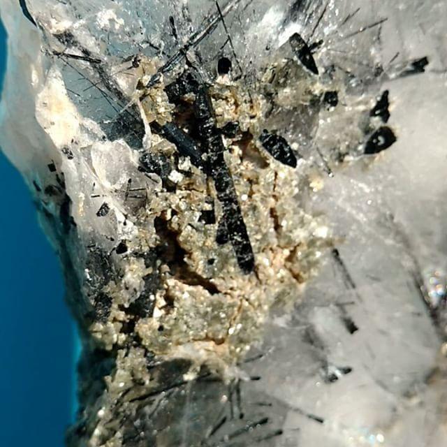 Cristal Turmalinado com Epídoto