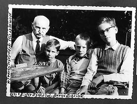 Grossvater mit Enkeln.png