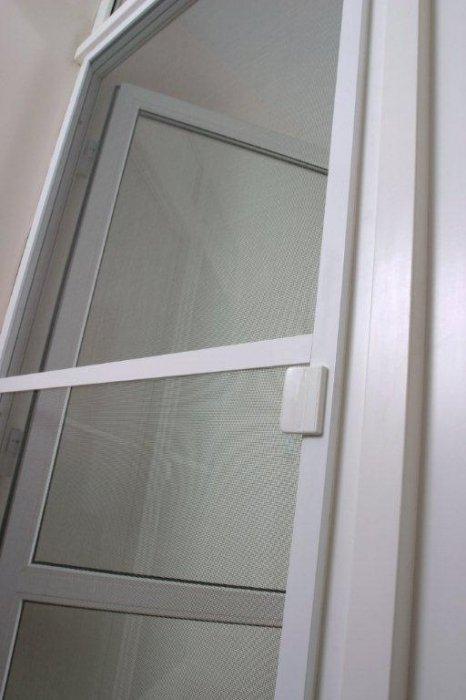 ot_chego_zashishayut_moskitnie_setki_na_balkonnuyu_dver-2