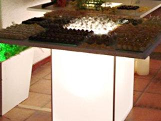 Mesa com Coluna de Ferro Reto com Capa de Tecido e Tampo de Madeira Branca