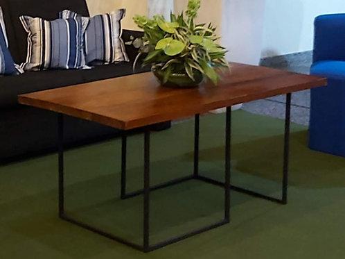 Mesa de centro de ferro com tampo em madeira natural
