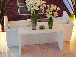 Aparador Reto de Madeira Branca para ser colocado atrás de um sofá