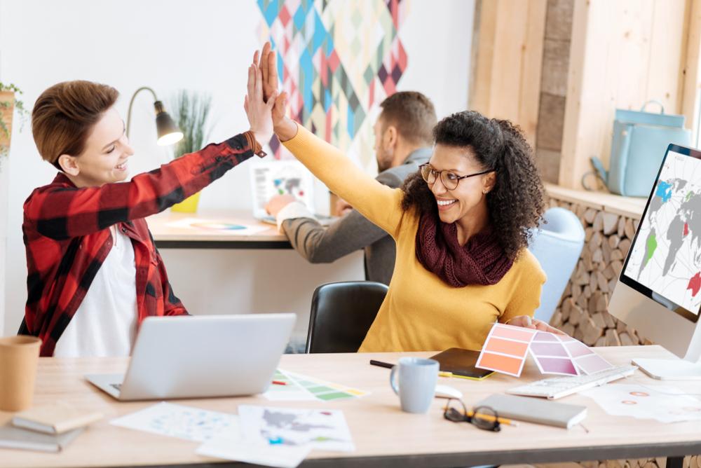 Colegas de trabalho mantendo bom relacionamento porque possuem as habilidades comportamentais desejadas pelas empresas