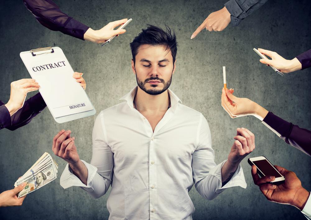 Pessoa cercada de preocupações mas concentrada porque sabe trabalhar sua inteligência emocional