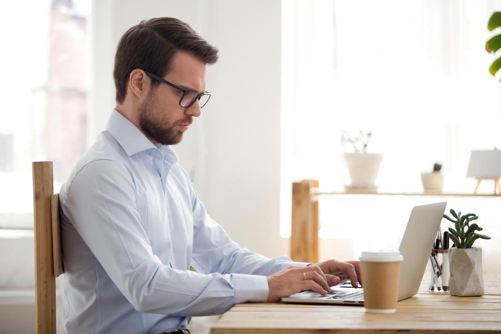 Homem concentrado sendo produtivo enquanto procura emprego
