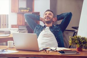 Homem se sentindo feliz em seu trabalho porque recebe um bom salário emocional e gosta de estar ali