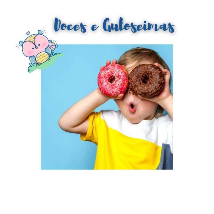 Crianças ingerindo doces e guloseimas. Muitas vezes usados como forma de recompensa para as crianças quando se comportam bem; Seja por ter cumprido com o dever de casa, ou mesmo terminado toda a refeição do prato... Mas essa não é a melhor forma de lidar com o seu pequeno! Afinal, quando as crianças ganham doces como recompensa, elas começam a associar o açúcar com as situações de prazer, alegria ou até em momentos de frustração. Ao invés de recompensar os pequeninos com doces e outras 'besteiras', substitua por elogios, novas brincadeiras, passeios e outras recompensas positivas. Assim, além de educar você estará cuidando da saúde dos seus pequenos!