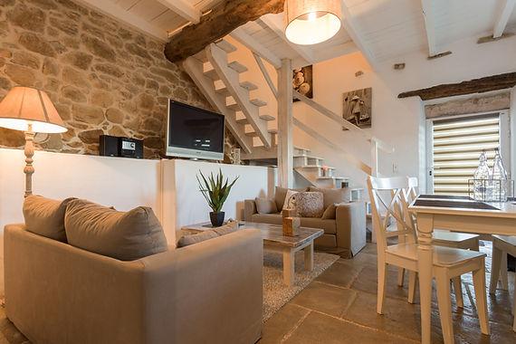 chambres d'hôtes au pays basque Une configuration exceptionnelle et ultra contemporaine  pour cette suite ou le mélange des poutres et des pierres se  mêlent à l'univers design des éléments de la salle de bain.