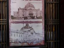 Schild mit Stadttheater und Bahnhof