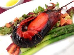Lobster auf grünem Spargel