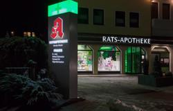 Pylon_Nachts_Rats_Apotheke
