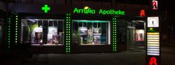 Leuchtreklame_Arnika_Apotheke_nachts