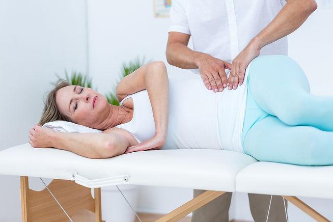 Ostéopathe sur femme